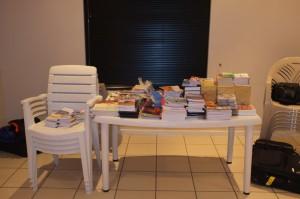 3行李箱的聖經、福音工具和書籍約60多磅
